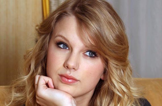 corazon119 Taylor Swift y Alexander Skarsgard se acercan demasiado